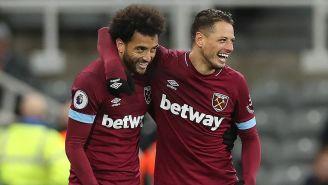 Chicharito celebra un gol con uno de sus compañeros