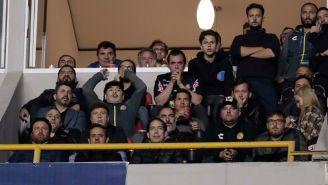 Maradona vive al máximo las acciones de su equipo