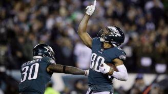 Jugadores de los Eagles festejan un touchdown