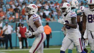 Jugadores de los Buffalo en juego contra Dolphins