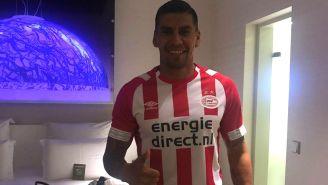 Salcido posa con la playera del PSV
