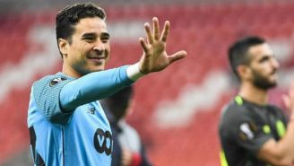 Memo Ochoa saluda tras una victoria de su equipo