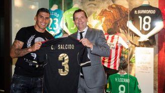 Salcido, muestra playera que utilizó con la Selección Mexicana