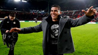 Carlos Salcido saluda a la afición del PSV