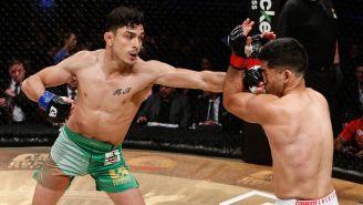 Alejandro Flores le da un golpe a un rival
