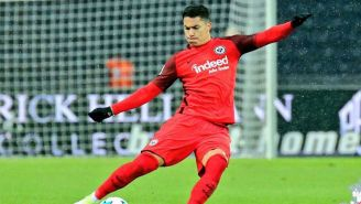 Carlos Salcedo en partido con el Eintracht