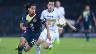 Diego Lainez lucha por el esférico en duelo contra Pumas