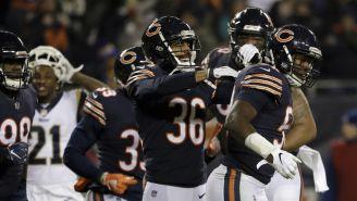 Defensiva de los Bears celebra triunfo contra Rams