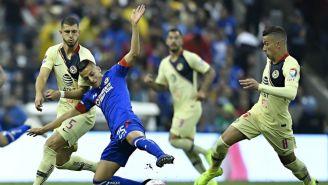 Alvarado intenta escaparse con el balón ante la marca de Uribe