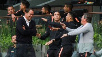 Baños, Piojo Herrera y los jugadores azulcremas festejan en el Estadio Azteca