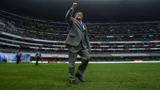 Piojo Herrera saluda a la afición en el Estadio Azteca