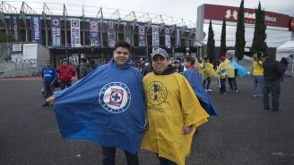 Aficionados de Cruz Azul y América, en la explanada del Azteca