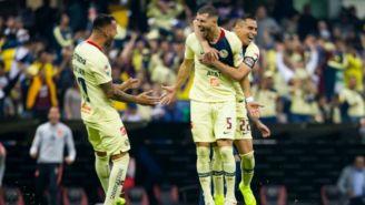 Jugadores del América festejan un gol contra Pumas