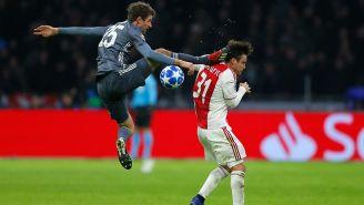 Müller propina patada en la cabeza a Tagliafico