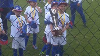 El hijo de Corona levanta el trofeo de su equipo, Cruz Azul Acoxpa