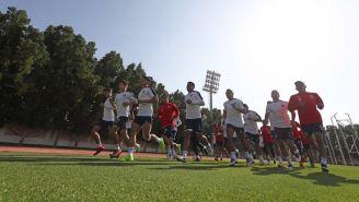 Jugadores de Chivas durante una práctica en Emiratos