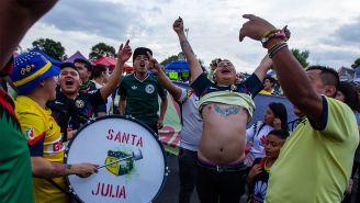 Aficionados del América, en las inmediaciones del Estadio Azteca