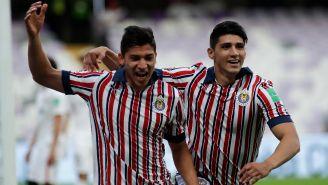Ángel Zaldivar y Alan Pulido celebran un gol ante el Kashima Antlers