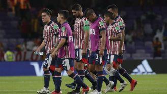 Jugadores de Chivas se lamentan tras ser derrotados por el Kashima