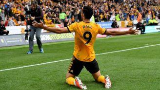 Jiménez celebra con la afición un gol con Wolves
