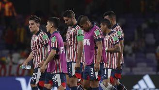 Jugadores de Chivas se lamentan tras la derrota ante el Kashima