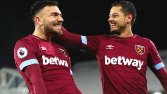 Robert Snodgrass y Javier Hernández celebran un gol ante el Fulham