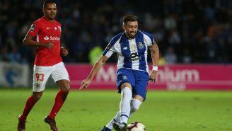 Héctor Herrera conduce el balón en el duelo contra Santa Clara