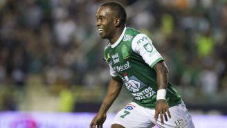 Darío Burbano celebranod un gol con el León