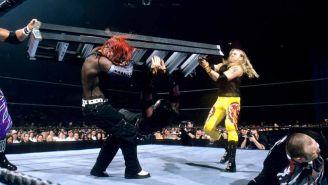 Edge y Christian castigan con una escalera a los Hardys