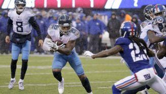 Derrick Henry se escapa con el ovoide en el juego vs Giants