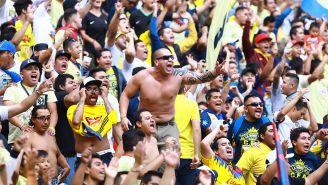 Aficionados del América alientan a su equipo en el Azteca