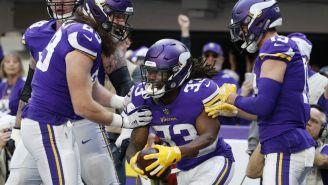 Jugadores de los Vikings celebran anotación contra Dolphins
