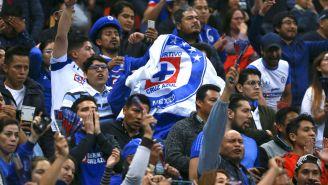 Aficionados de Cruz Azul alientan a su equipo en duelo ante Rayados