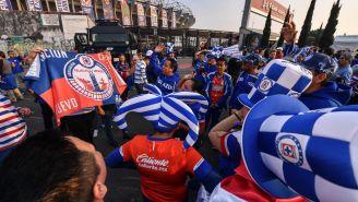 Afición de Cruz Azul antes de ingresar al Estadio Azteca