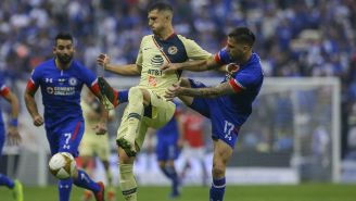 Guido Rodríguez lucha por el balón en duelo contra Cruz Azul