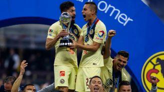 Oribe Peralta y Paul Aguilar levantan el trofeo