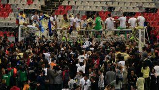 Jugadores de las Águilas celebran el título en el travesaño del arco