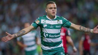 Jonathan Rodríguez festeja un gol con Santos