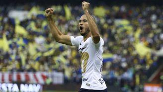 Carlos González festeja anotación con los Pumas