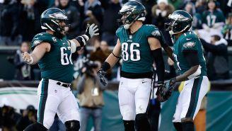 Jugadores de Filadelfia festejan un touchdown