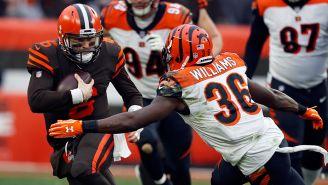 Mayfield trata de evitar las tacleadas en el duelo contra Bengals