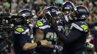 Jugadores de Seattle celebran anotación