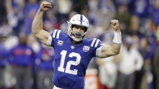 Andrew Luck festeja una anotación con los Colts