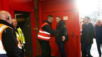 Wayne Rooney siendo revisado por la seguridad de Old Trafford