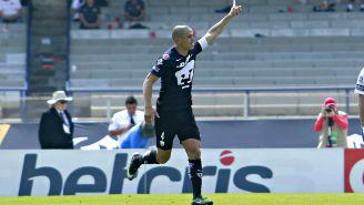 Darío Verón festaj un gol con Pumas
