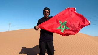 Ronaldinho posa con la bandera de Marruecos