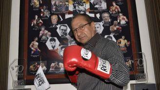 Alberto Reyes, junto a su marca de guantes de box