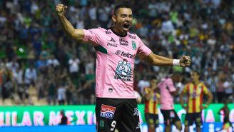 Walter González reclama una falta en un duelo con León