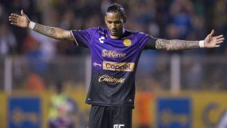 Vinicio Angulo festeja un gol con Dorados