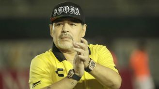 Maradona aplaude después de un juego